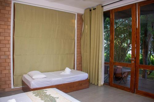 A bed or beds in a room at Breezy Lake
