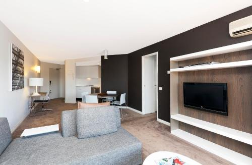 A seating area at AAC Apartments - Griffin