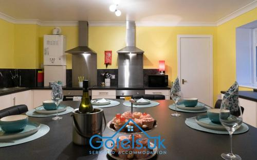 Dunedin House, Gotels Serviced Accommodation, Sleeps Upto 14 Guests, 7 Bedrooms with En-Suite, Book Today!!!