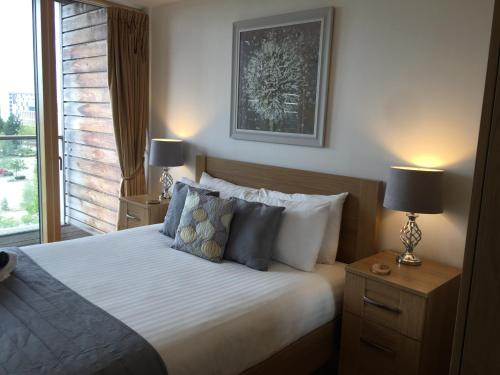 A bed or beds in a room at Vizion Serviced Apartments - Shortstay MK