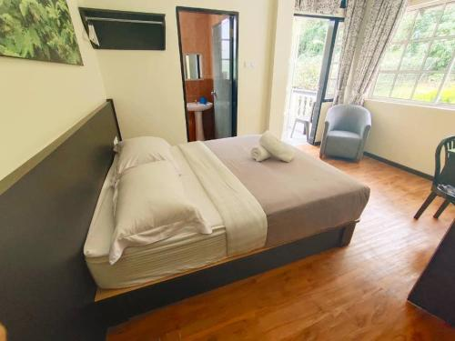 A bed or beds in a room at Hillview Inn Cameron Highlands