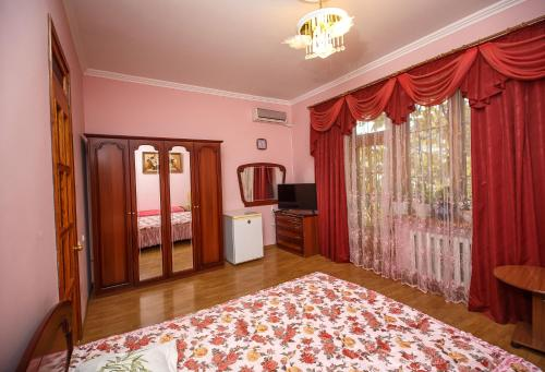 A bed or beds in a room at Дом на Изумрудной