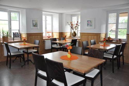 Ein Restaurant oder anderes Speiselokal in der Unterkunft Le Relais du Château Monney