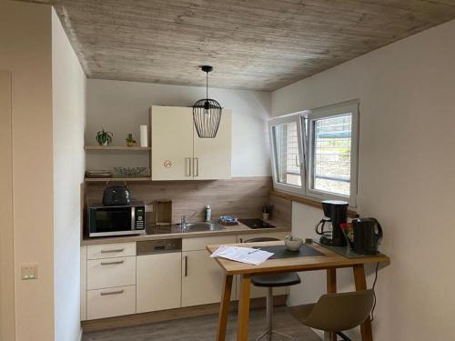 A kitchen or kitchenette at Pension Zur Alten Post