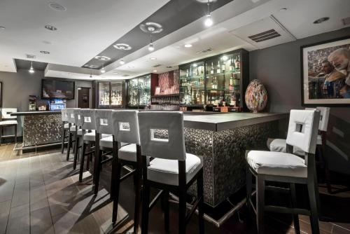 The lounge or bar area at Artmore Hotel