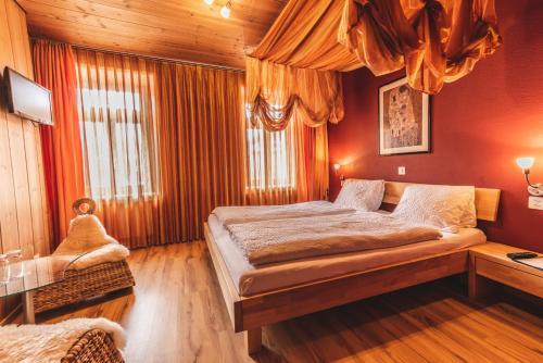Ein Bett oder Betten in einem Zimmer der Unterkunft Wohlfühlhotel Curuna