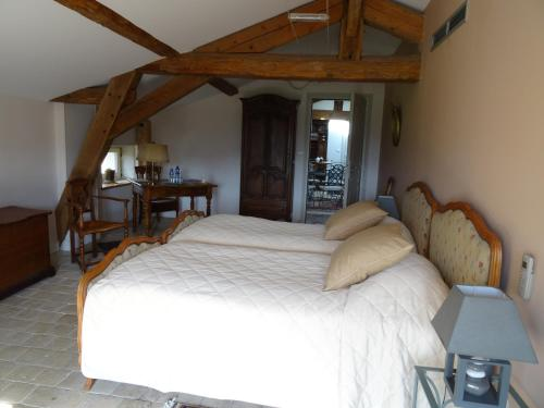 A bed or beds in a room at Gentilhommière de Collonges