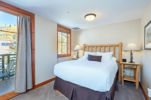 A bed or beds in a room at Inn at Lost Creek