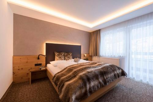 A bed or beds in a room at Hotel Garni Mirabell