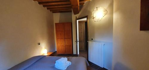 A bed or beds in a room at Fattoria Lischeto