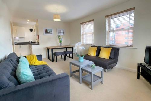 Smart, new, 2 bed, central Windsor flat w/parking