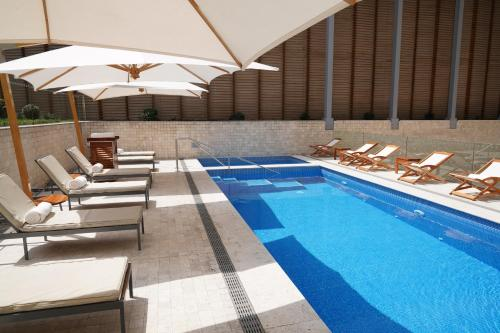 The swimming pool at or close to Hotel Pullman Lima San Isidro