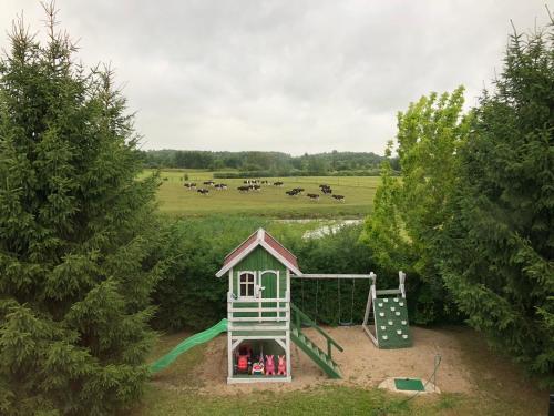 Plac zabaw dla dzieci w obiekcie Log House Mazury Brajniki