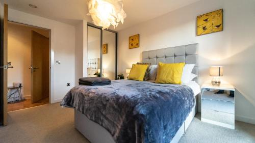 No. 1 LOCATION STUNNING CLASSY WITH NETFLIX 2 BED CITY APARTMENT