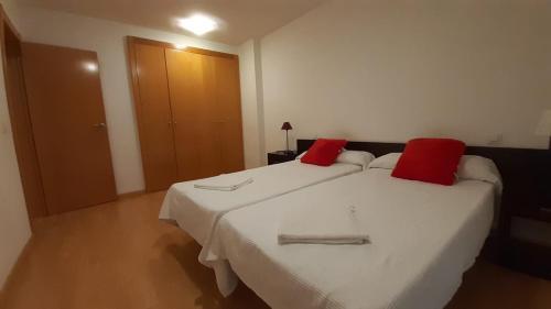 A bed or beds in a room at Apartamentos Auhabitat Zaragoza, edificio de apartamentos turísticos con facilidad de parking