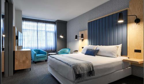 Кровать или кровати в номере The Carleton Suite Hotel