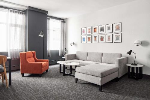 Гостиная зона в The Carleton Suite Hotel
