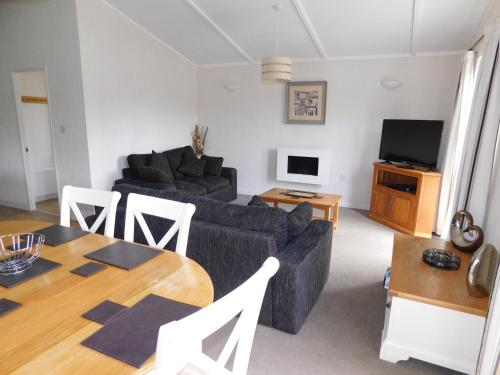 Lovely 2-Bed Lodge with hot tub and sauna in Ely