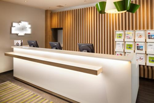 The lobby or reception area at Holiday Inn Düsseldorf Hafen