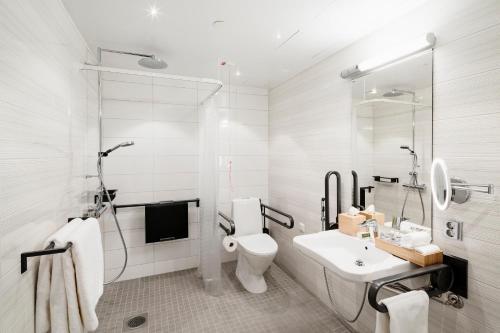 A bathroom at Hotel Indigo Helsinki-Boulevard, an IHG hotel