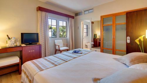 Кровать или кровати в номере Hotel Menorca Patricia