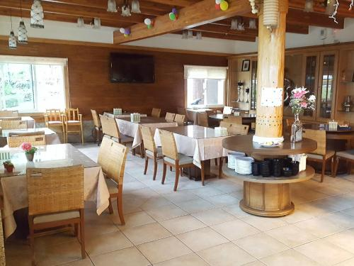 A restaurant or other place to eat at Yosemite Park B&B