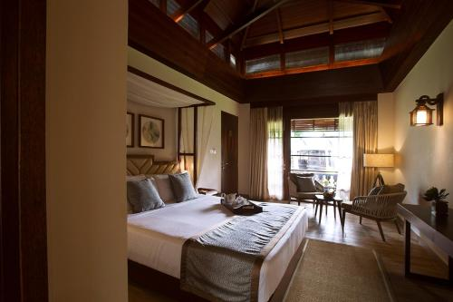 A bed or beds in a room at Sea Shell Resort & Spa, Havelock