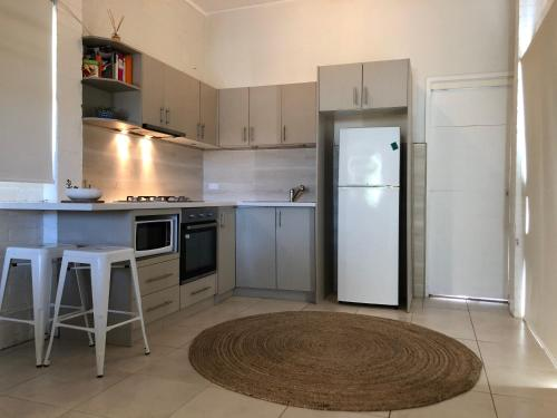 A kitchen or kitchenette at Jones Beach Haven Studio - Kiama Downs Beachside Escape