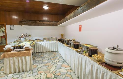 A restaurant or other place to eat at Hotel Prespa