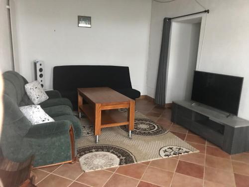 A seating area at Maison de campagne idéal pour se ressourcer