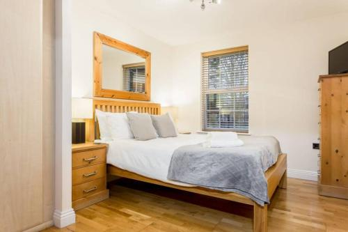 A bed or beds in a room at Stylish 2 bed apartment at Smeaton Court, Newbury
