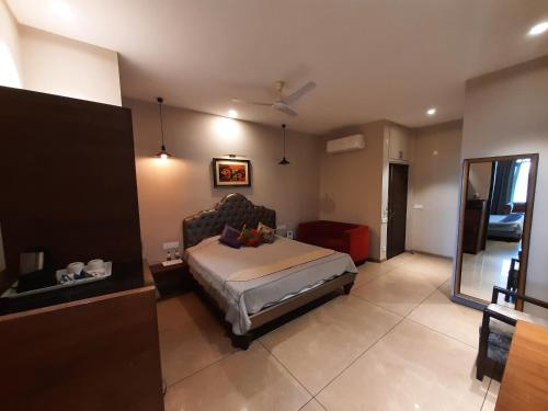 A bed or beds in a room at Hotel Kasauli Regency