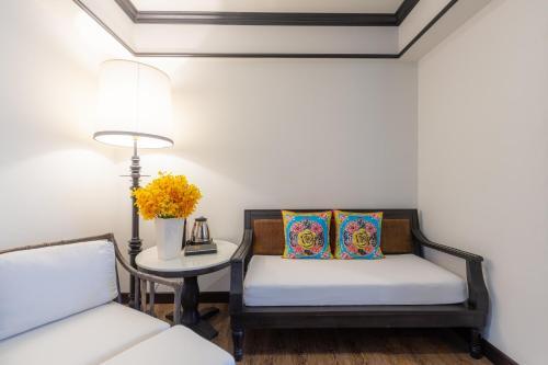 Ein Sitzbereich in der Unterkunft Mora Boutique Hotel