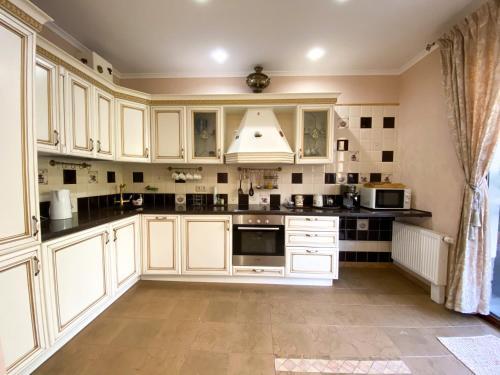 Кухня или мини-кухня в Apartment Santoriny Club