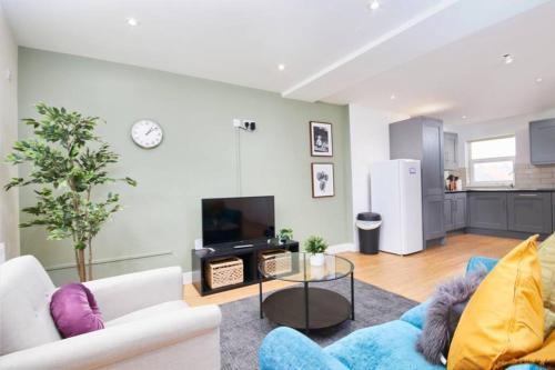 Large Bristol Apartment-Sleeps 11 -Parking -Wifi