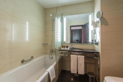 A bathroom at Vila Gale Collection Praia