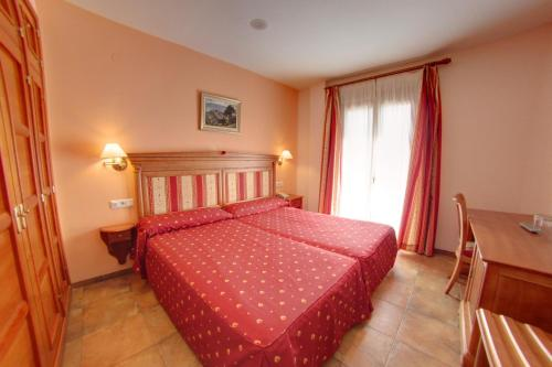 A bed or beds in a room at Hotel Balneario Parque de Cazorla