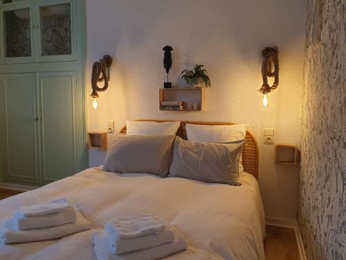 Un ou plusieurs lits dans un hébergement de l'établissement Chambres d'Hôtes et Gîtes- L'Abri sous Roche