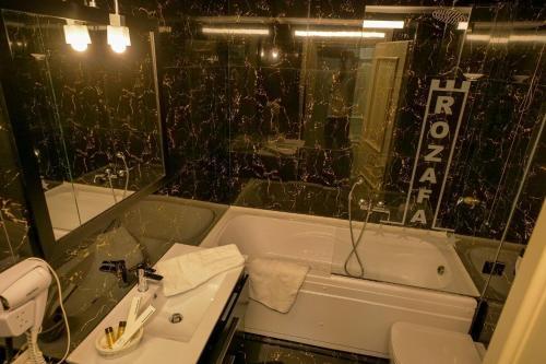 A bathroom at Rozafa Hotel