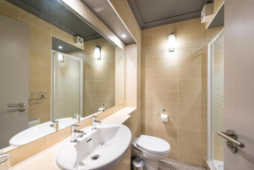 A bathroom at Modern 1 bedroom apartment in West End of Edinburgh
