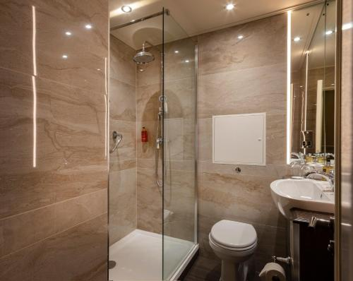 A bathroom at Cassidys Hotel
