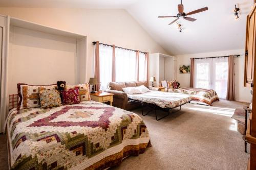 A bed or beds in a room at Alpen Way Chalet Mountain Lodge