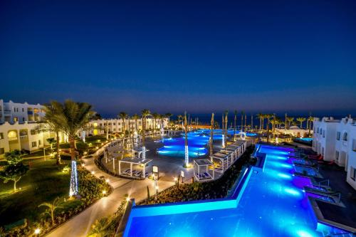 منظر المسبح في Sunrise Diamond Beach Resort -Grand Select او بالجوار