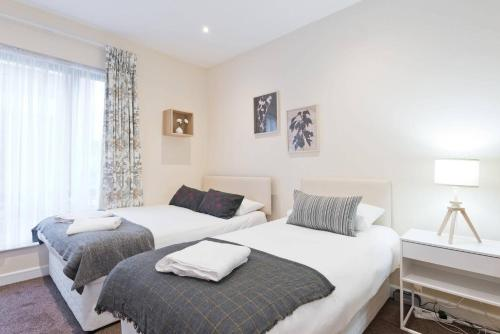 A bed or beds in a room at Captivating 2-Bed Apartment in Dublin 1