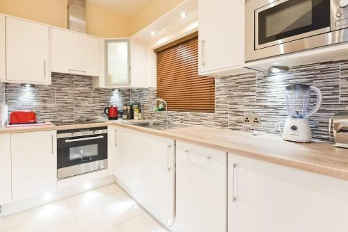 A kitchen or kitchenette at Captivating 2-Bed Apartment in Dublin 1