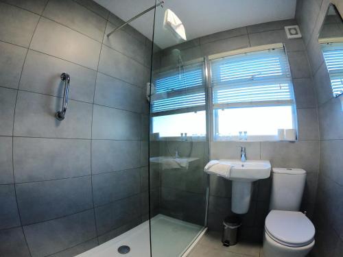A bathroom at Bella Vista Hotel & Self Catering Suites