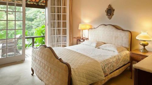 A bed or beds in a room at Casa Catherine