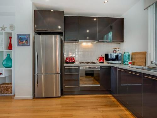 A kitchen or kitchenette at Koonya Getaway