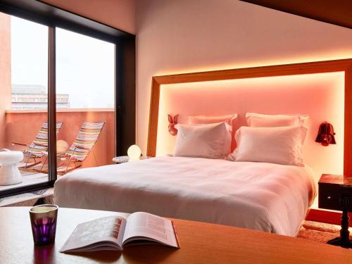 سرير أو أسرّة في غرفة في Mama Shelter Toulouse