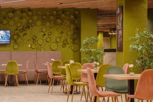 A restaurant or other place to eat at Русские Сезоны Комфорт Отель Пересвет